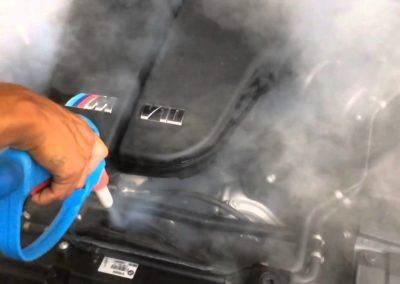 parowe czyszczenie komory silnika